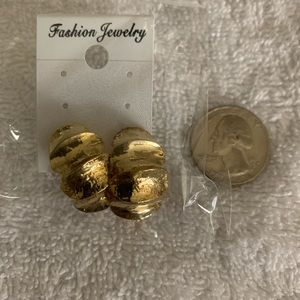 Jewelry - Gold tone metal earrings